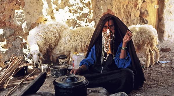 Бедуинская женщина готовит еду