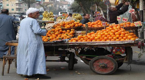 Un uomo che vende frutta.