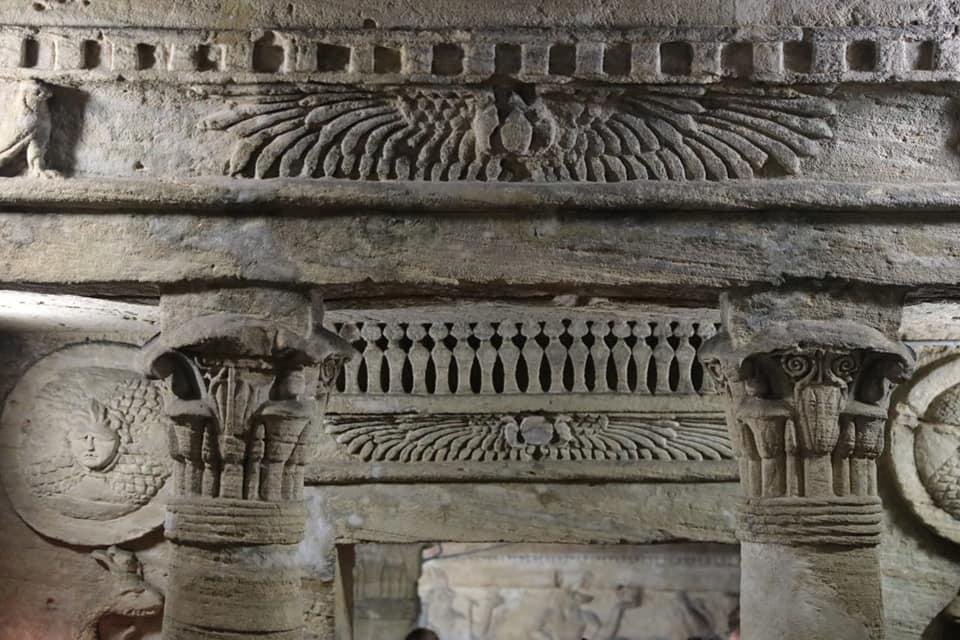 Ingresso nella sala principale del sarcofago nelle catacombe di Kom al-Shoqafa
