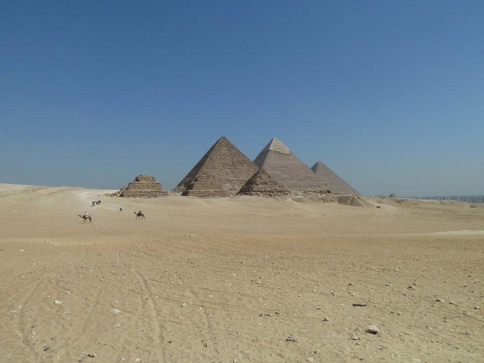 Усыпальницы цариц возле пирамиды Мекерина