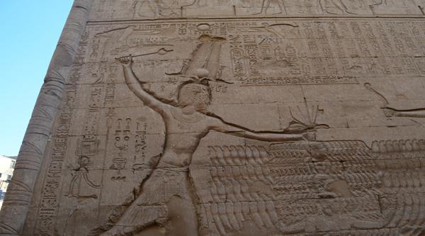 В храме города Эсны