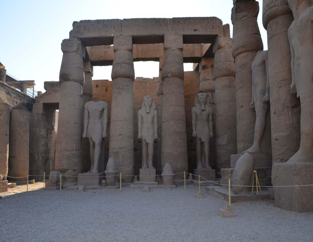 Одна из колоннад внутри Луксорского храма