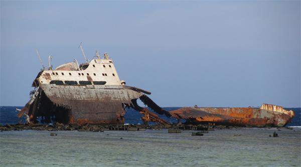 Затонувший корабль у острова Тиран