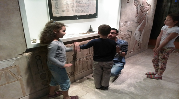 Guide explain children history of Egypt.