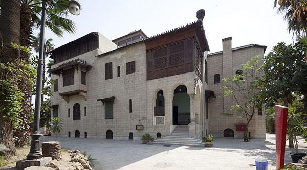 Основное здание дворца Маниал