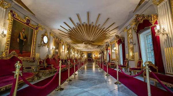 Тронный зал дворца Маниал